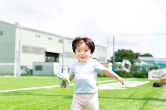 整備が行き届いた人工芝のグラウンドであれば、子どもものびのび走り回りやすい