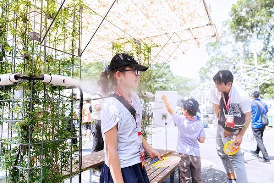 大井ホッケー競技場そばに設置された植栽型ミストで涼む観客