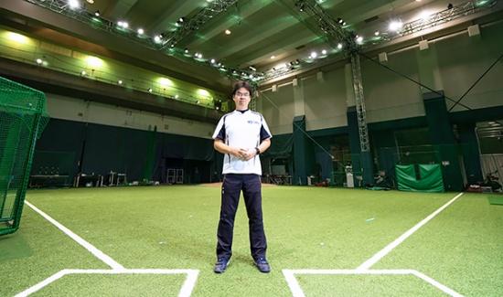 スマートブルペンに立つ柏野氏。同氏はプロジェクトのメンバーである桑田真澄氏の草野球チームで投手を務めており、自身のデータも計測して実験に役立てている(写真撮影:吉成 大輔)