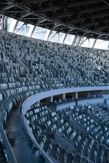 傾斜34度の最上段席を見る。かなりの急勾配に見えるが、安全性には配慮されている(写真:吉成大輔)