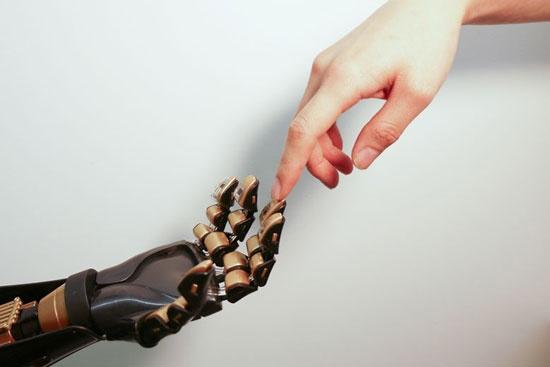 (写真4)バオ教授による電子皮膚。圧力センサーによって触覚を与えようとしている(出典:米スタンフォード大学)