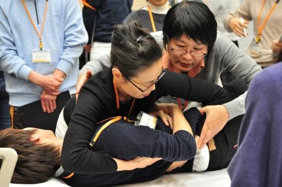 ユマニチュード研修を行う日本の第一人者、本田美和子医師(右、国立病院機構 東京医療センター 総合内科 医長)