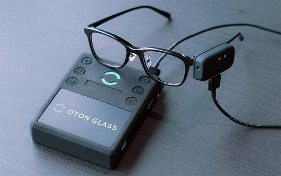2019年3月に発表したOTON GLASSの新モデル。眼鏡のつるにアタッチメントを装着して利用する(出所:オトングラス)