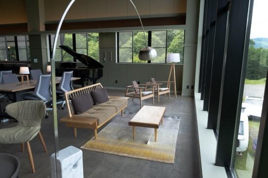 キャンプ場を望む特等席。椅子は地元の職人が地元の木材で作った工芸品