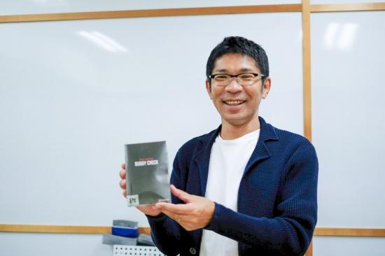 ダンテ代表取締役CEOの瀧本陽介氏。BUDDY CHECKとともに(写真:小口正貴)