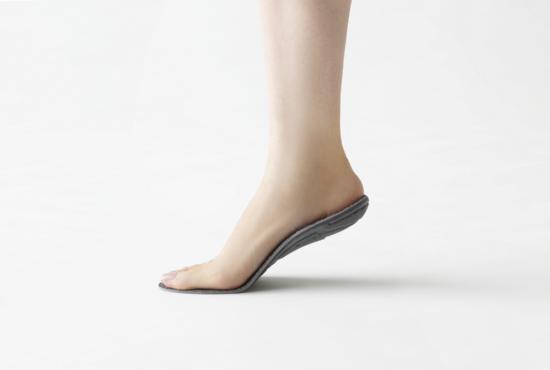 HOCOHの装着イメージ。最重要ポイントのかかと部分はジャパンヘルスケアが3Dプリンターで製作し、最後の仕上げは東京・浅草の靴職人が手作業で仕上げる(出所:ジャパンヘルスケア)