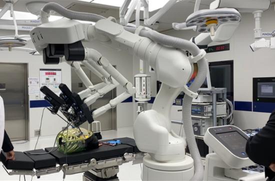 MeDIP側で模擬手術をしている様子(出所:神戸市記者発表資料)* 手術動画URL:ドコモ公式YouTube  https://youtu.be/mSRq6qksLqA