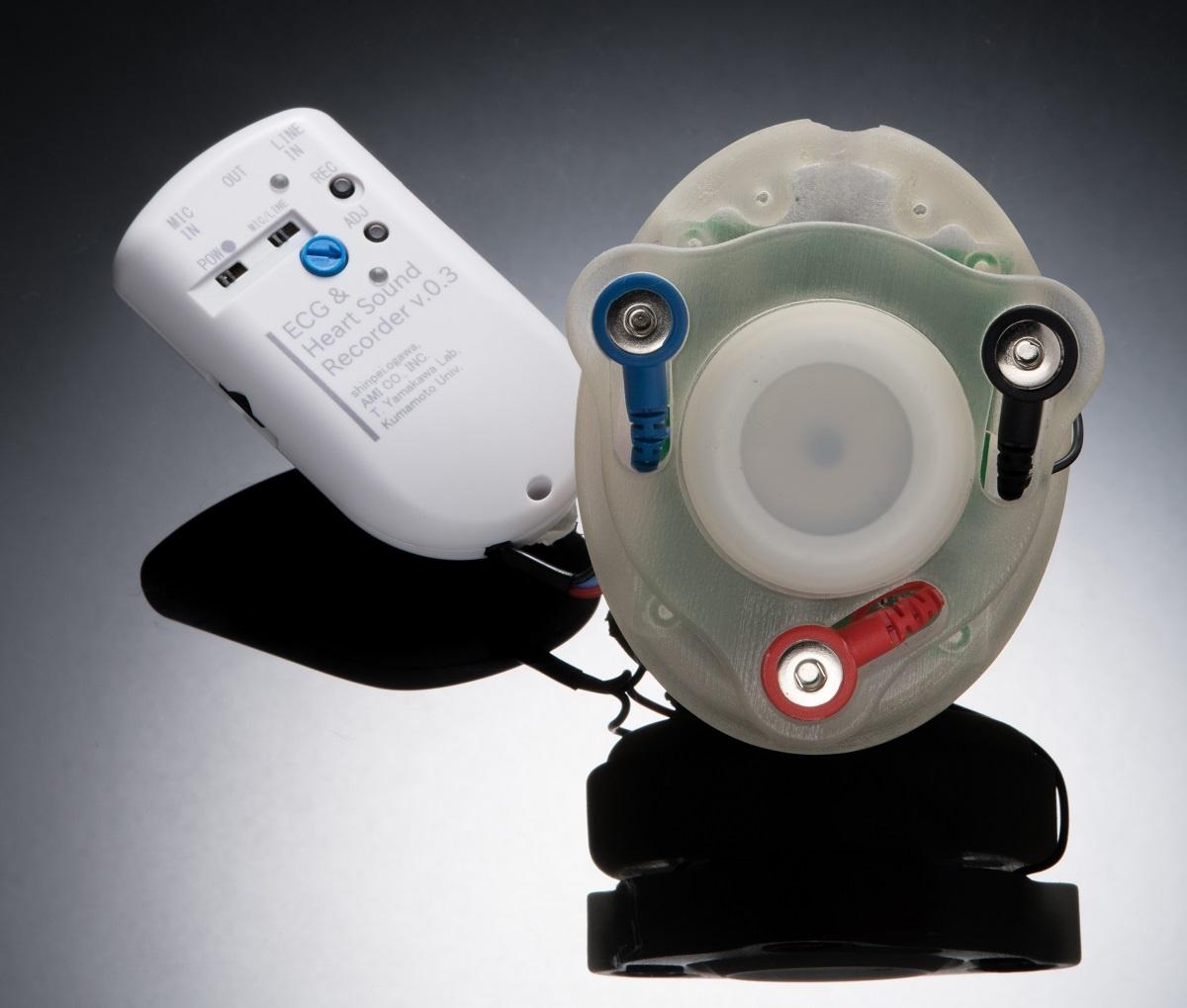 開発中となる超聴診器のイメージ。前部のデバイスを胸に当てて音を取る