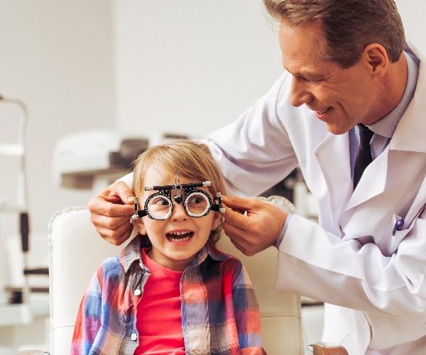 現役の眼科医が開発、スマホ装着型デバイスが失明を救う(前編)