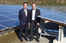 IDEC代表取締役会長兼社長の舩木俊之氏(左)と佐用町町長の庵逧典章氏(右)