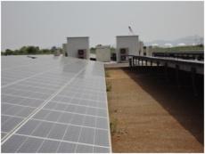 架台に設置した太陽光パネルとパワーコンディショナ―(PCS)