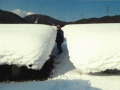 大雪には耐えるも、「二枚貝」でパネル数十枚が割れた、松江のメガソーラー