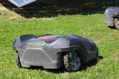 図1●敷地内では自律走行するロボット除草機が走り回る