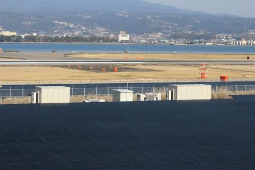 図2●長崎空港隣の発電所におけるソーラーフロンティア製の太陽光パネルとTMEIC製のPCS