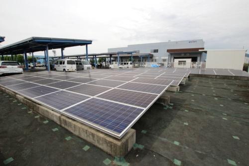 図1●建物の屋根上だけでなく、駐車場にカーポートを建てて太陽光パネルを設置した