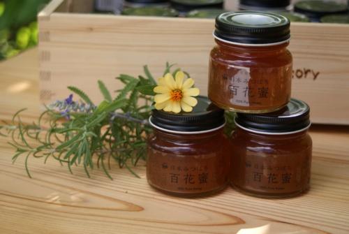 図7●無農薬野菜の販売会の様子と、ビン詰めしたニホンミツバチのハチミツ