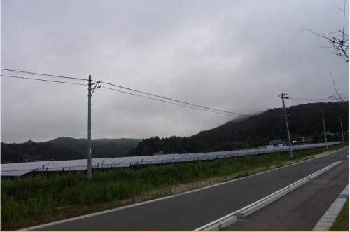 図1●県道沿いにある「深谷地区復興拠点エリア太陽光発電所」