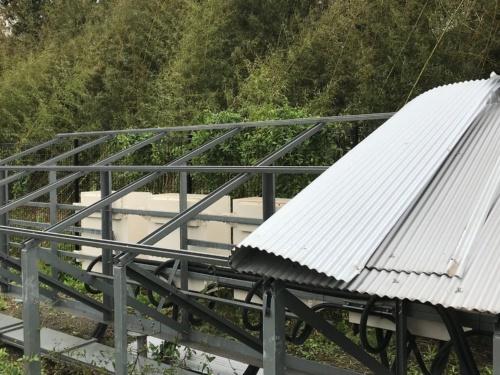 図1●小型PCSを直射日光から守っていたトタン屋根がめくれ上がった