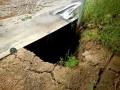 防草シートの下は「落とし穴」、浸食と沈下で基礎は「宙ぶらりん」