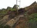 台風で法面が崩れ、電柱があわや倒れる寸前に