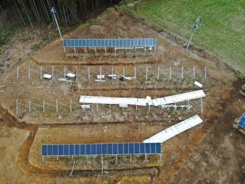 図1●梁材に固定されたまま太陽光パネルが落下
