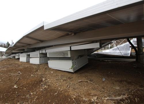 図3●地面に押し潰された架台だけパワコンが固定されていた