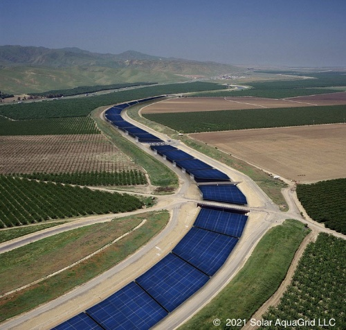 図1●カリフォルニア州の大規模な用水路上に太陽光パネルが設置されたイメージ画像