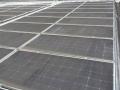 工場の屋根上太陽光に多い「油汚れ」、洗浄後に発電量3倍も