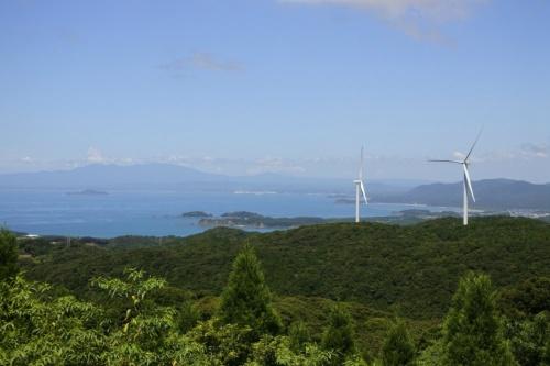 図2●「串間風力発電所」。志布志湾を挟んで大隅半島が見える