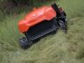 太陽光パネルの下、40度の急斜面も除草できるラジコン型草刈機