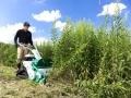背の高い多年草も粉砕、狭いアレイ間や営農型に向いた手押型草刈機