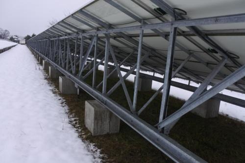 図4●積雪に備えて、架台には斜めに入れる方杖を多用
