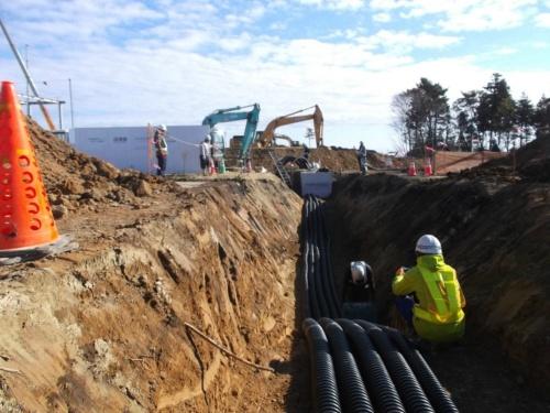 図6●メガソーラーの発電電力は地下ケーブルで水素製造施設に送る。写真は工事中の様子