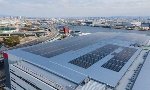 図3●屋根上に設置したメガソーラー。太陽光パネルはカナディアン・ソーラー製、パワーコンディショナー(PCS)は東芝三菱電機産業システム(TMEIC)製を採用