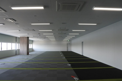 図5●事務所用スペース。人検知センサーでゾーン単位ごとに明るさを自動制御