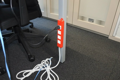 図6●系統が停電しても、使える非常用コンセント。赤色が特徴