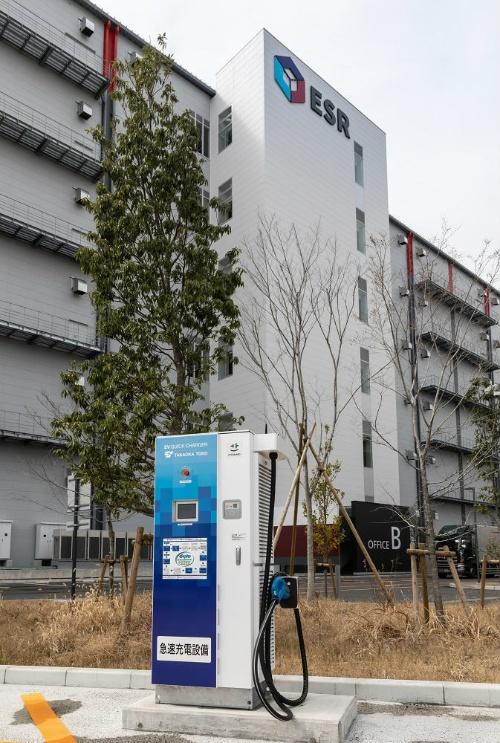図7●トラック駐車場には50kWの急速充電器を2基併設した