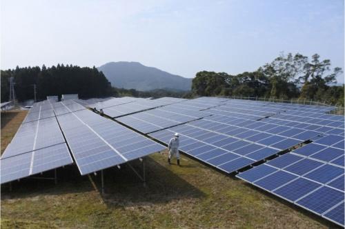 図1●「伊万里市南波多MS発電所」の南側エリア。カナディアンソーラー製の太陽光パネルと東芝三菱電機産業システム(TMEIC)製のPCSを採用