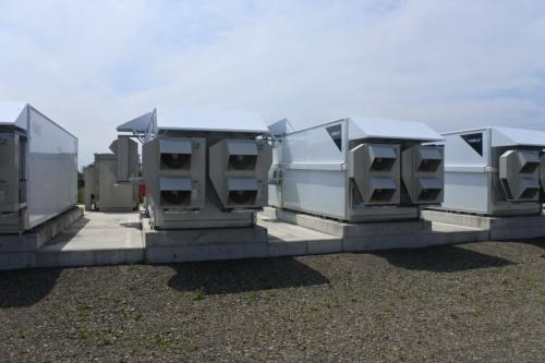 図9●蓄電池システムを収納した筐体はエアコン3台で庫内温度を管理する