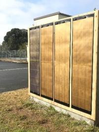 実証実験の様子。木目調加飾フィルムを装着したフレキシブル太陽電池
