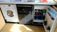 船内の冷蔵庫(右)、オーブンレンジ(中)、洗濯機(左)