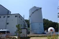 高さ約30m、約4000m3の発酵槽、最上部からバイオマスを投入する