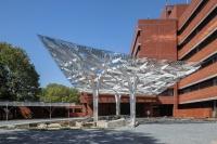 産総研ゼロエミッション国際共同研究センターのエントランスキャノピー「ゼロエミの木」