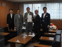 経産省を訪れて副大臣に提言書を手渡した