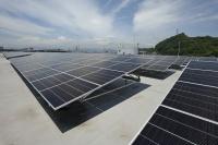 広島本社工場の屋上に設置された太陽光パネル