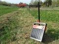 パルス電流でイノシシを撃退、太陽光パネル一体型「電牧器」