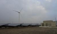 JREが出資し、北九州市で稼働するメガソーラーと風力発電設備