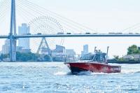 大阪湾を試験航行する水素燃料電池試験艇