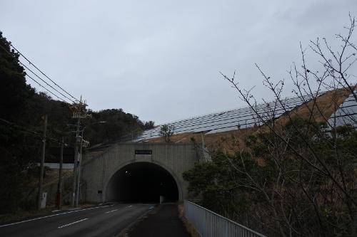 図2●トンネル入り口の上に設置した太陽光パネル