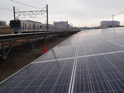 図1●成田スカイアクセス線の沿線に設置された太陽光パネル